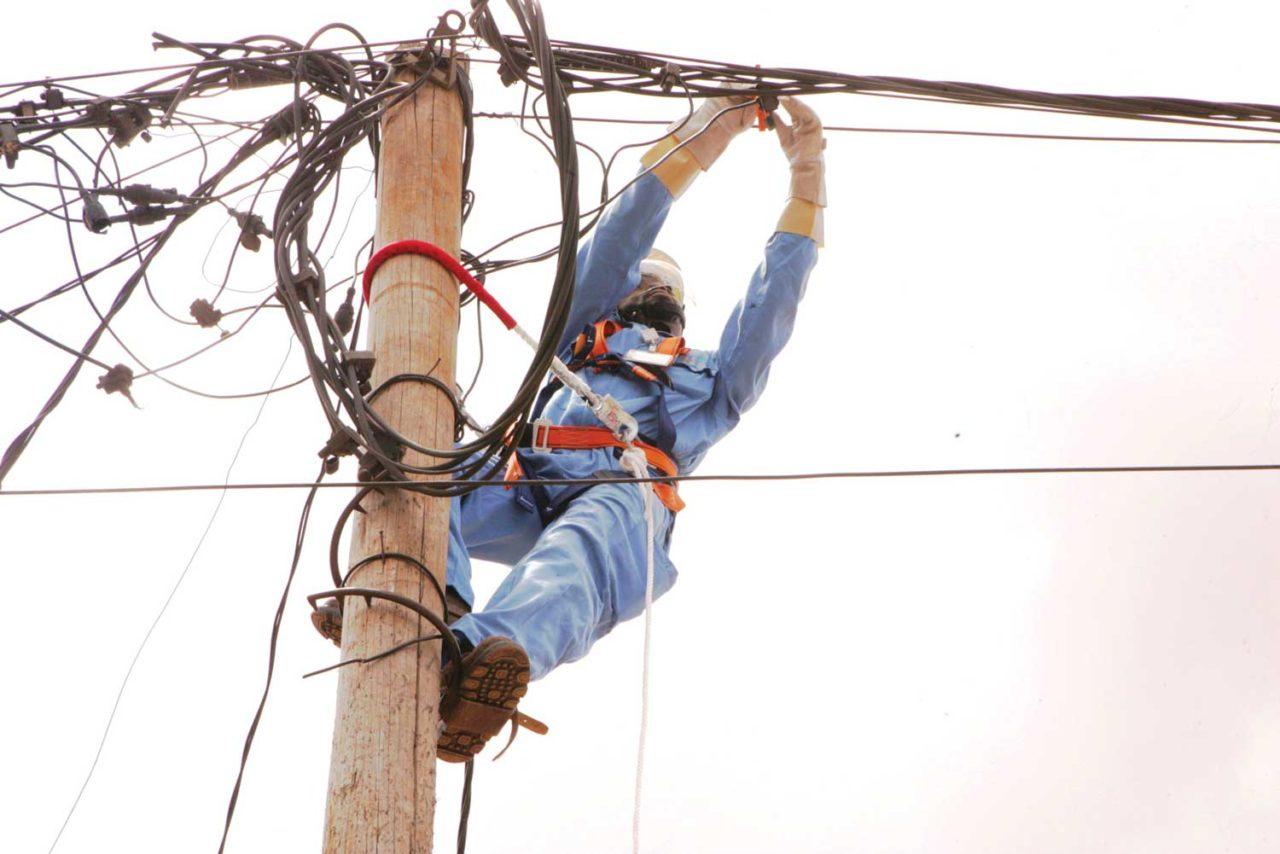 technicien-eneo-cameroun-1280x854.jpg