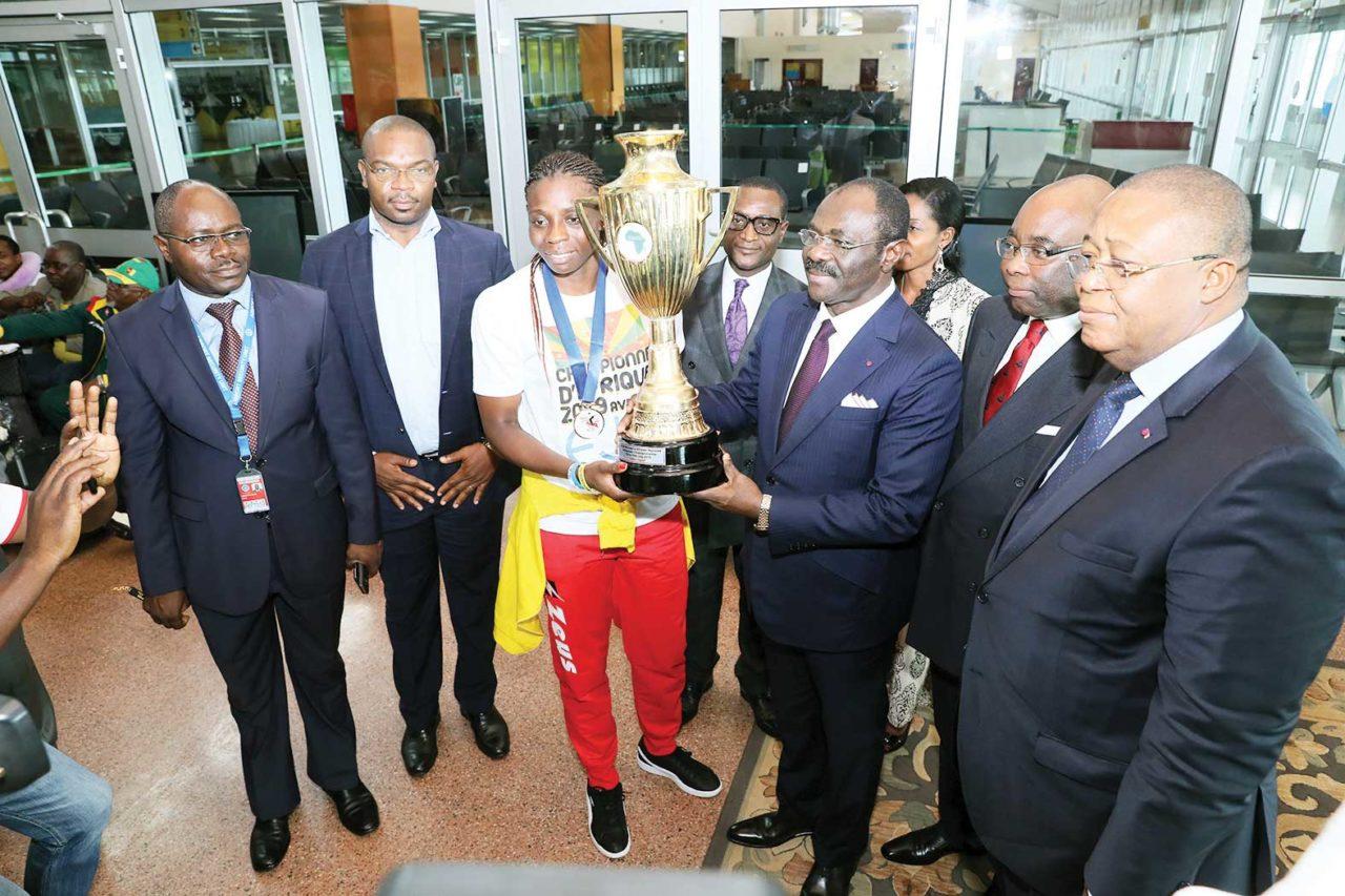 Narcisse-Mouelle-Kombi-accueille-lionnes-volleybal-championnes-afrique-1280x853.jpg