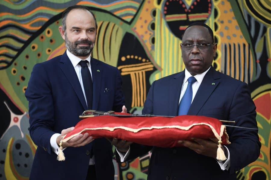 Edouard-Philippe-remet-le-sabre-d'Omar-Saïdou-Tall-à-Macky-Sall.jpeg